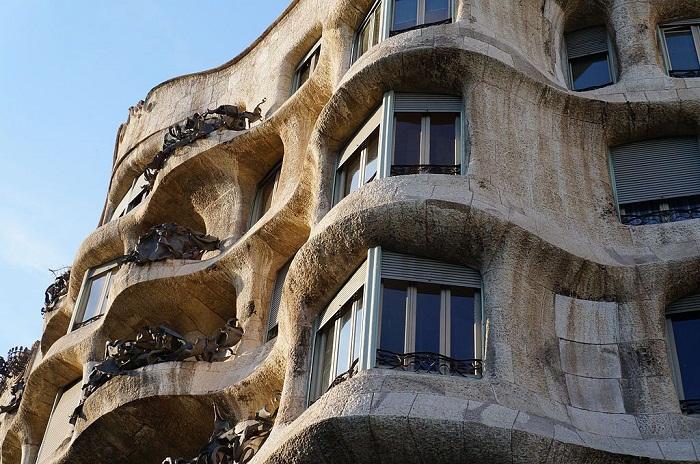 Благодаря особой технологии была создана плавающая форма всего здания(Casa Milа).